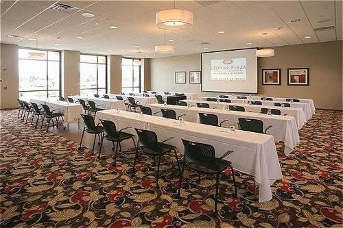 A Crowne Plaza Milwaukee meeting room